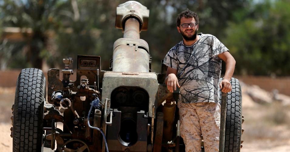 29.jul.2016 - Militares enfrentam grupo Estado Islâmico, na Líbia. A batalha teve início no começo de maio, e dezenas de atiradores treinados estão espalhados em pontos estratégicos para retomar o poder na cidade de Sirte. O bombardeiro já soma 25 mortos e mais de 200 feridos