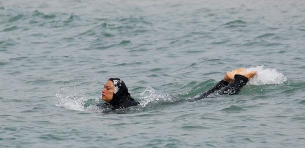 Mulher nada de burquíni em praia de Marselha, na França