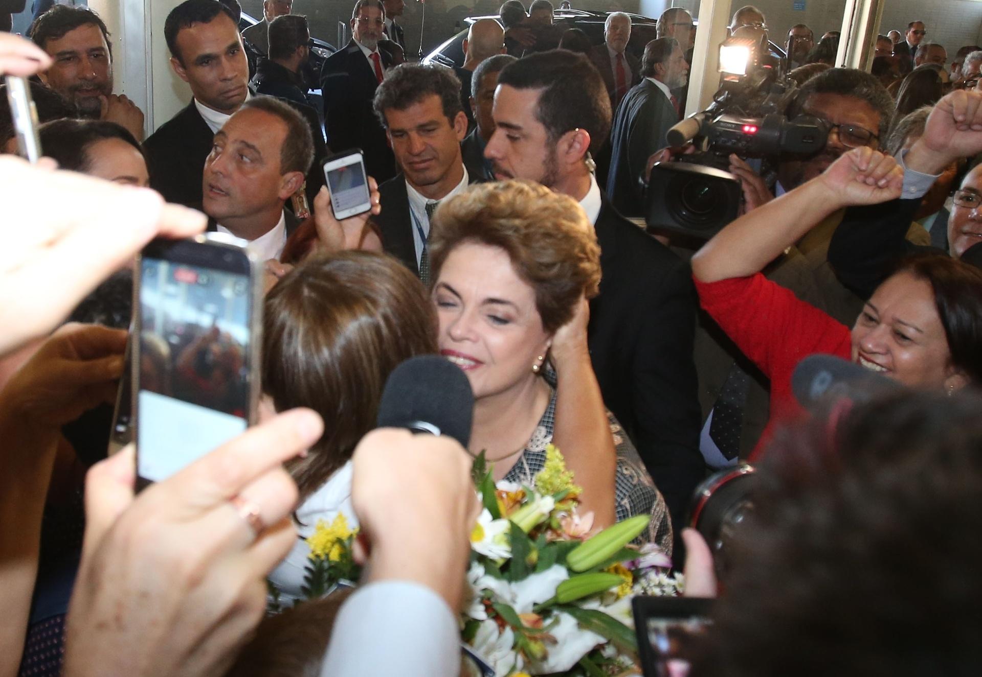 29.ago.2016 - A presidente afastada, Dilma Rousseff, é recebida por militantes no Senado Federal, em Brasília, onde apresentará sua defesa no processo de impeachment