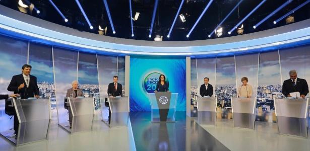Candidatos no debate da TV Record: da esq. para a dir., Haddad, Erundina, Russomanno, a apresentadora Adriana Araújo, Doria, Marta e Major Olímpio