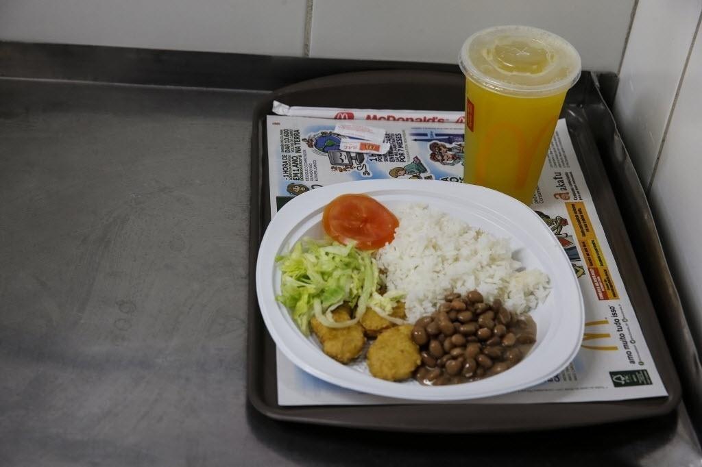 26.set.2016 - Você também pode pedir um prato de arroz e feijão no McDonald´s. A comida, que é feita para os funcionários, é vendida para os clientes também. O preço da refeição é R$ 23. Com bebida, sai por R$ 29,50