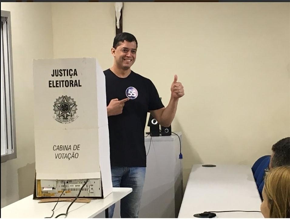 2.out.2016 - O candidato à Prefeitura do Rio Indio da Costa (PSD) vota na PUC (Pontifícia Universidade Católica), no Rio de Janeiro