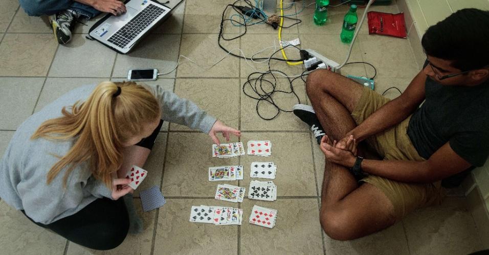 6.out.2016 - Estudantes universitários passam o tempo jogando cartas, abrigados em colégio da cidade de Daytona Beach por conta da proximidade do furacão Matthew