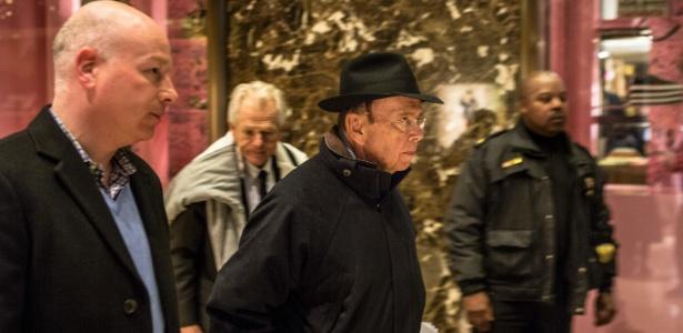 Wilbur Ross, a escolha de Donald Trump para a secretaria de Comércio, deixa a Trump Tower, em Manhattan