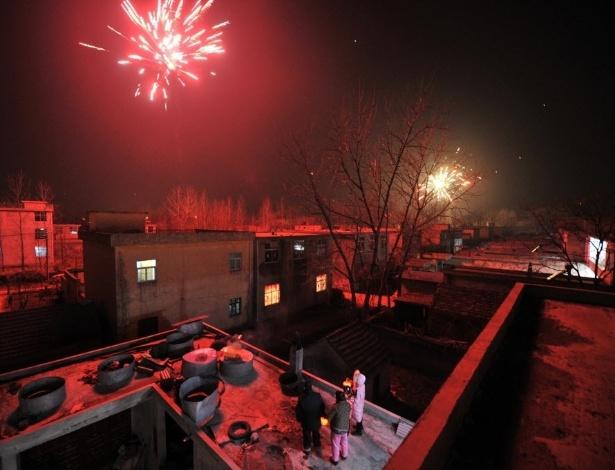 28.jan.2017 - De um terraço em Mengcheng, na província chinesa de Anhui, moradores assistem à queima de fogos de artifício em comemoração pela chegada do Ano Novo Chinês do Galo
