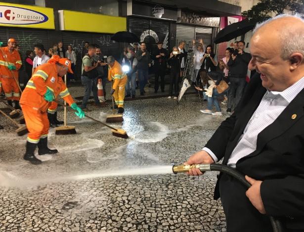 Prefeito Rafael Greca lava calçadão da Rua XV de Novembro, no centro de Curitiba - Rafael Moro Martins/Colaboração para o UOL