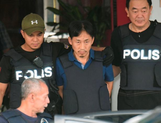 Único norte-coreano detido com base na investigação do assassinato de Kim Jong-nam, Ri Jong Chol deixa sede da polícia para ser deportado