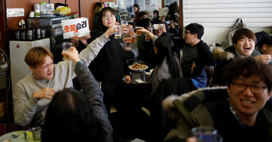 10.mar.2017 - Sul-coreanos brindam para celebrar a aprovação pela Corte Institucional do impeachment da presidente Park Geun-hey