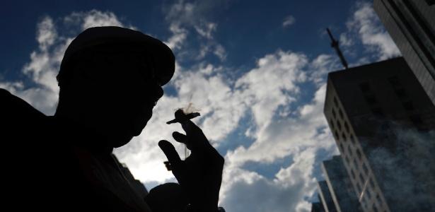 Homem fuma durante Marcha da Maconha na avenida Paulista, em SP