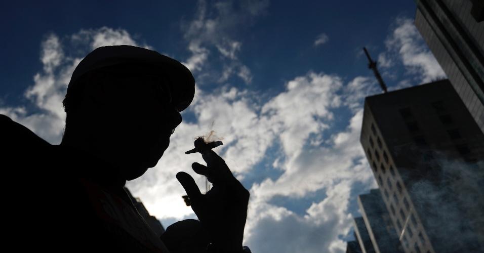 6.mai.2017 - Pessoas fumando maconha participam da Marcha da Maconha na Avenida Paulista, região central de São Paulo (SP), neste sábado