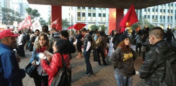 Paulista tem 300 pessoas em protesto contra Temer - Leonardo Rodrigues/UOL