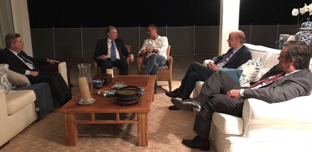 Aécio Neves com os senadores Tasso Jereissati, Anastasia, Cassio C. Lima e José Serra, em reunião sobre votações no Congresso e agenda política. Foto foi postada por Aécio em suas redes sociais