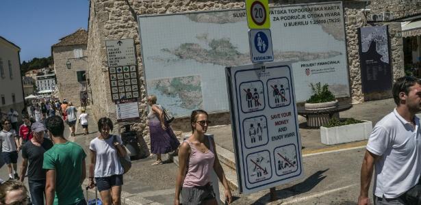 Sinalização para turistas tenta orientar o comportamento público, em Hvar, Croácia