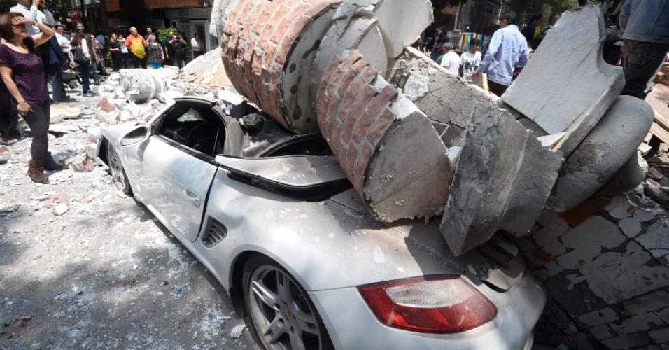 19.set.2017 - Coluna de edifício cai em carro após terremoto atingir a Cidade do México