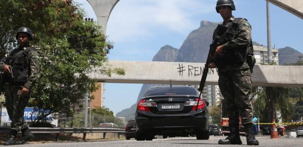 Militar durante cerco feito pelas Forças Armadas na favela da Rocinha, no Rio - Domingos Peixoto/Agência O Globo