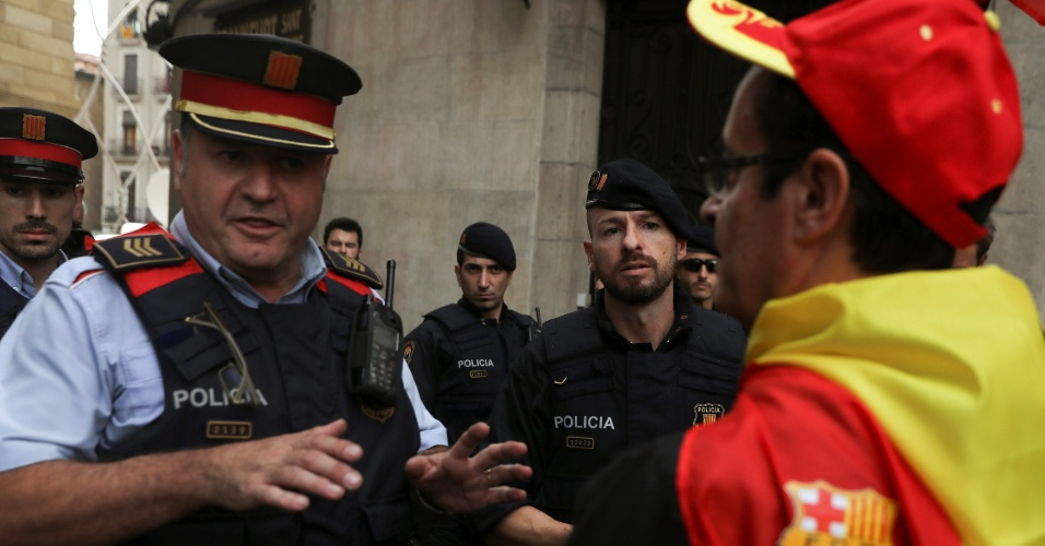 30.set.2017 - Policial da Catalunha conversa com manifestante durante protestos contra a realização de um referendo sobre a independência catalã
