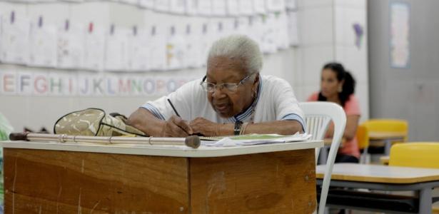 Norberta de Assis, 99, está a um ano do diploma de alfabetizada