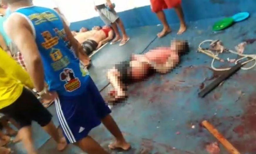 03.nov.2017 -- Criminosos integrantes da FDN (Família do Norte) observam corpos de presos mortos durante o massacre de Manaus, em 1º de janeiro de 2017