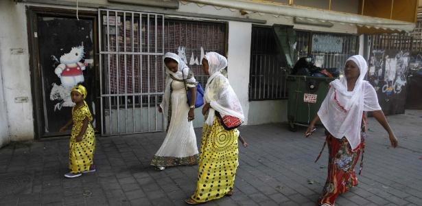 Imigrantes da Eritreia andam perto de igreja católica em Tel Aviv (Israel)