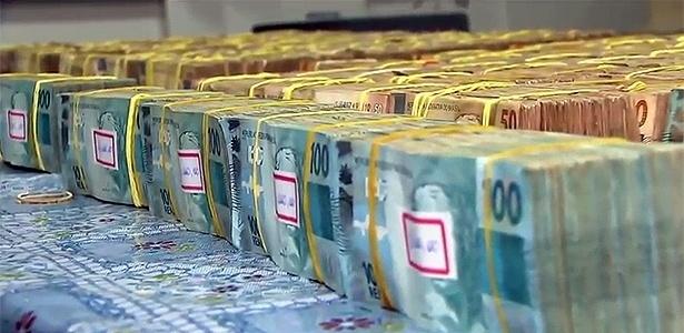 O dinheiro estava distribuído em uma caixa e uma mochila dentro de um carro