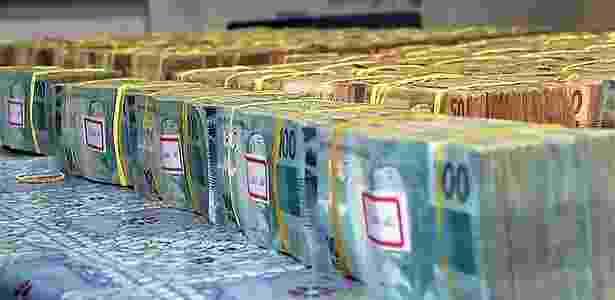 O dinheiro estava distribuído em uma caixa e uma mochila dentro de um carro - Reprodução/TV Globo