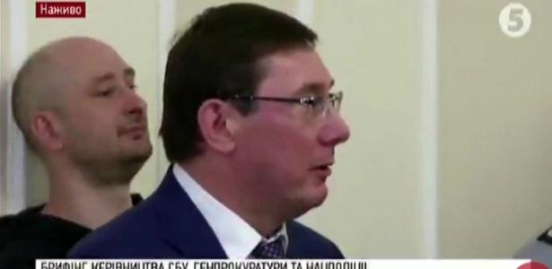 Arkady Babchenko (à esquerda) na coletiva desta quarta-feira; ele surpreendeu o público, que achava que ele estava morto
