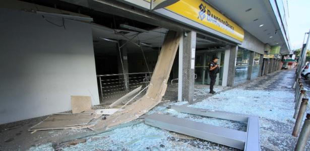 31.mai.2018 - Criminosos explodem agência do Banco do Brasil na Estrada do Tindiba, na Taquara, zona oeste do Rio de Janeiro