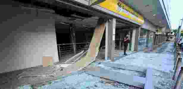 31.mai.2018 -  Criminosos explodem agência do Banco do Brasil na Estrada do Tindiba, na Taquara, zona oeste do Rio de Janeiro - José Lucena/Estadão Conteúdo