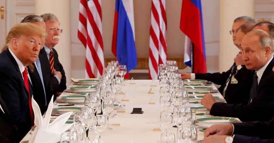 16.jul.2018 - Ao lado de seus assessores, Donald Trump e Vladimir Putin participam de almoço durante a cúpula dos dois líderes em Helsinque, na Finlândia