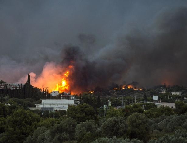 Incêndio florestal atinge área de Rafina, perto de Atenas, na Grécia - AFP PHOTO / ANGELOS TZORTZINIS