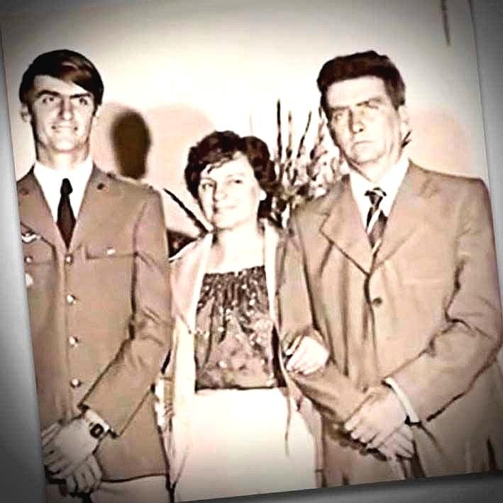 21.mar.1955 - Jair Bolsonaro (à esquerda) com a mãe, Olinda, e o pai, Geraldo