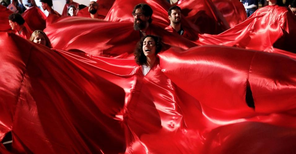 """Ato contra o candidato à Presidência Jair Bolsonaro (PSL) durante o último dia de desfiles da São Paulo Fashion Week. Um grupo vestido de vermelho ocupou o corredor principal do evento gritando """"Ele não"""""""