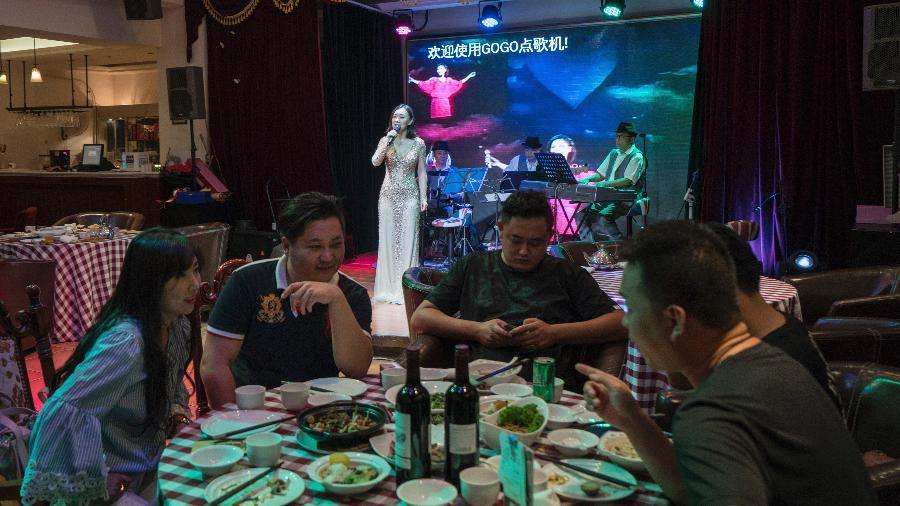 Guo Xueyan canta as canções de Teresa Teng em um restaurante em Pequim - Yan Cong/The New York Times