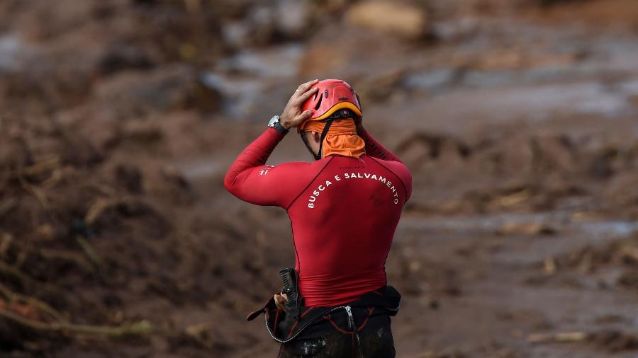 28.jan.2019 - Integrante da equipe de resgate de vítimas em Brumadinho (MG), formada pelo Corpo de Bombeiros e pela Defesa Civil - Douglas Magno/AFP