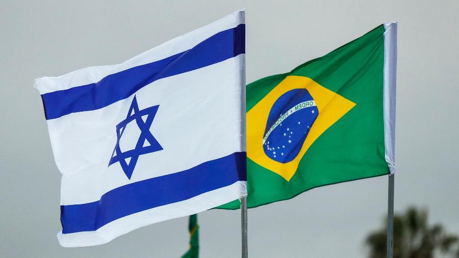 Bandeiras de Israel e do Brasil hasteadas hoje no aeroporto internacional Ben Gurion, em Tel Aviv - Jack Guez/AFP