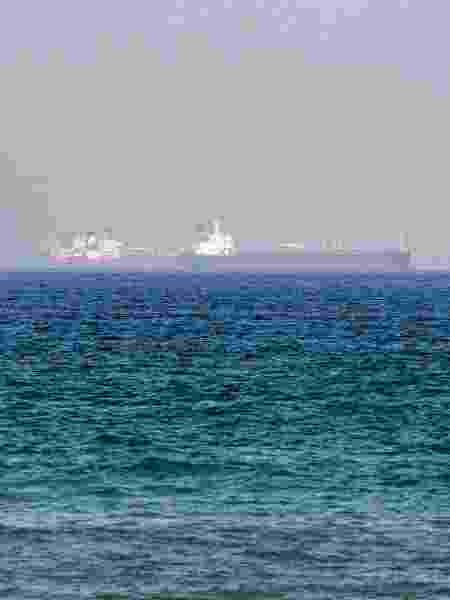 Navios são vistos no Golfo de Omã, região onde transita um terço do petróleo do planeta - Giuseppe Cacace/AFP