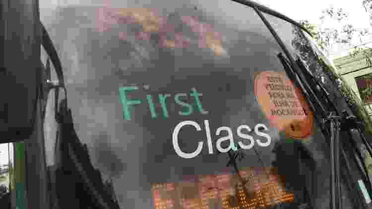 Vidro do ônibus pintado de preto pelo sequestrador Willian para evitar que fosse possível enxergar dentro do veículo - Lola Ferreira/UOL