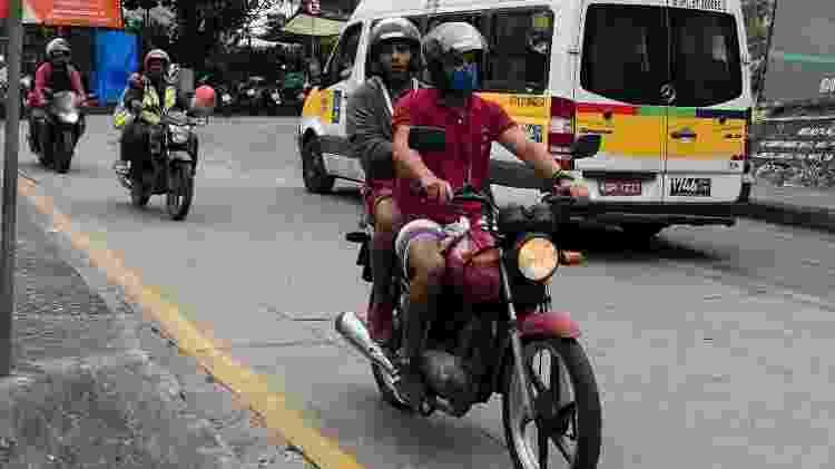 8.abr.2020 - Mototaxistas circulam normalmente pelas ruas da Rocinha - Herculano Barreto Filho/UOL