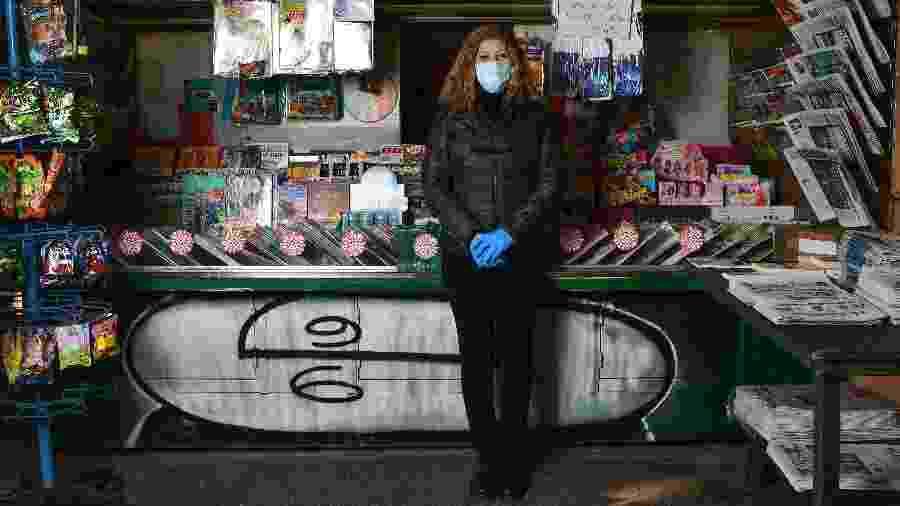A italiana Rosy Varrella, 55, dona de banca de jornal, posa para foto em Milão - Miguel Medina - 23.abr.2020/AFP