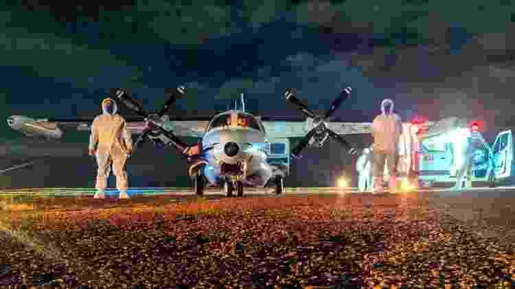 5.mai.2020 - Equipe médica recebe paciente em ambulância para embarque na UTI aérea - Sete Táxi Aéreo/Divulgação - Sete Táxi Aéreo/Divulgação