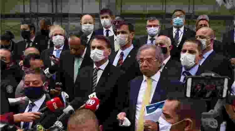 Jair Bolsonaro, Paulo Guedes e um grupo de empresários ao deixar o STF  - Foto: Pedro Ladeira/Folhapress - Foto: Pedro Ladeira/Folhapress