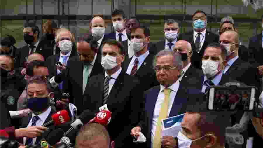 Jair Bolsonaro, Paulo Guedes e um grupo de empresários ao deixar o STF - Foto: Pedro Ladeira/Folhapress