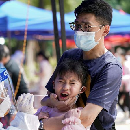 Criança é submetida a teste de coronavírus em Wuhan, na China - Aly Song/Reuters