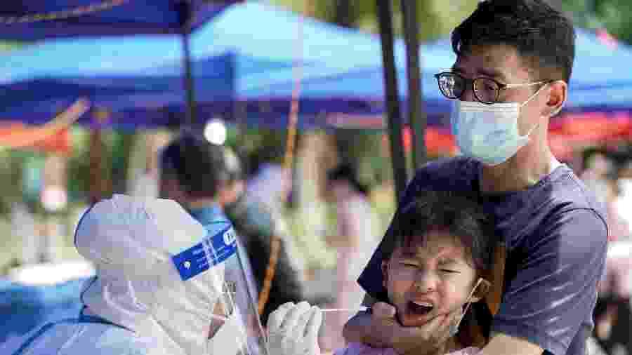 16.mai.2020 - Criança é submetida a teste de coronavírus em Wuhan, na China - Aly Song/Reuters
