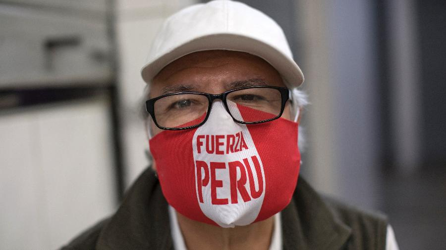 """Homem usa máscara com os dizeres """"Força, Peru"""" durante crise do coronavírus - Stringer/Getty Images"""