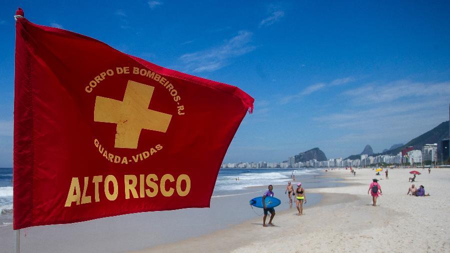"""Bandeira de """"alto risco"""" em praia do Rio de Janeiro durante pandemia do novo coronavírus - Bruna Prado/Getty Images"""