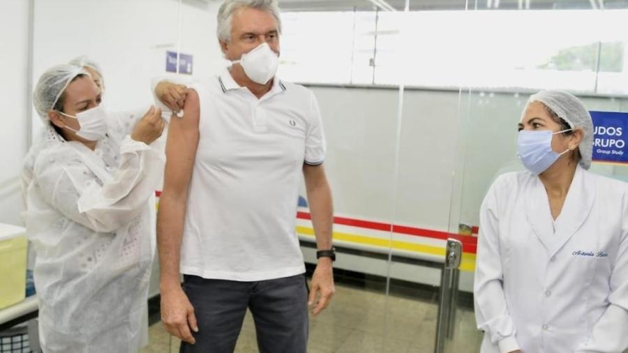 O governador Ronaldo Caiado durante vacinação contra covid-19 em março; promessa de vacina população do estado até setembro - Wesley Costa/Governo do Estado de Goiás