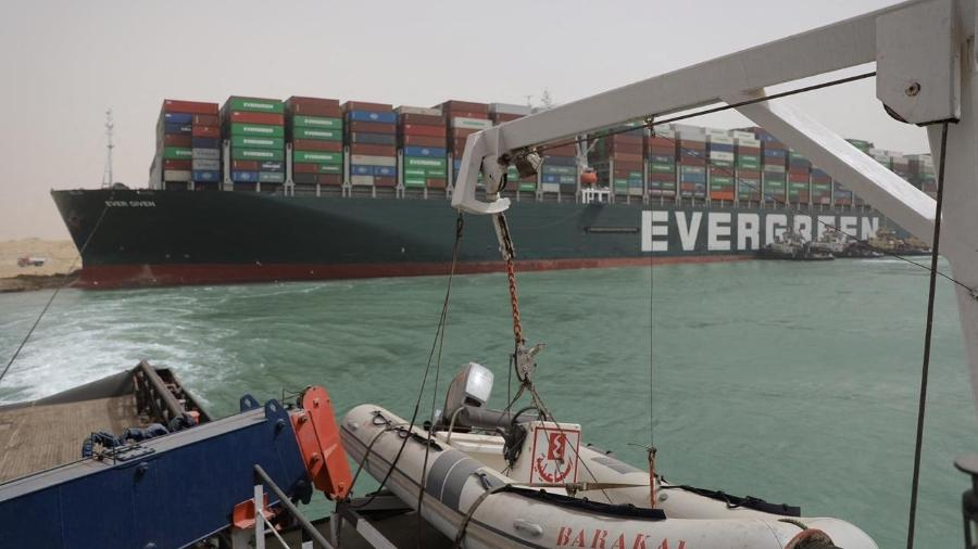 Navio encalhado foi um dos assuntos mais comentados da semana no Twitter  - Suez Canal Authority/AFP