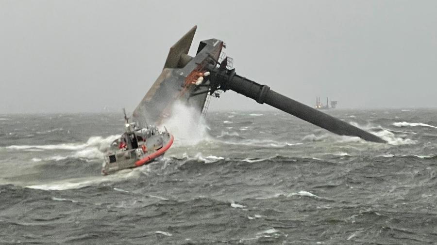 Naufrágio aconteceu a 12km de porto estadunidense e Guarda Costeira dos EUA prestou socorros - Reprodução/Twitter/@USCGHeartland