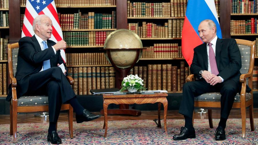 16.jun.2021 - Os presidentes dos Estados Unidos, Joe Biden (à esq.), e da Rússia, Vladimir Putin, durante encontro bilateral em Genebra, na Suíça - Sputnik/Mikhail Metzel/Pool via REUTERS